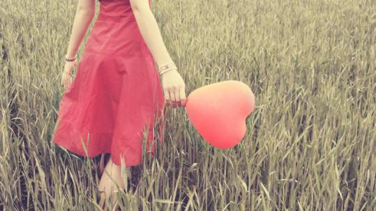 žena v červených šatech